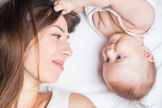 Cải thiện tâm trạng sau sinh giúp giảm rụng tóc